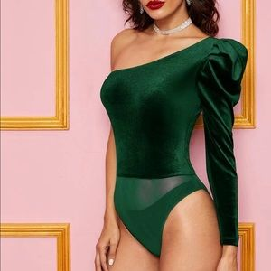 🆕Green velvet one sleeve puff shoulder bodysuit